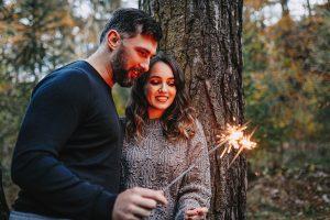 jesienna sesja pary w lesie zimne ognie